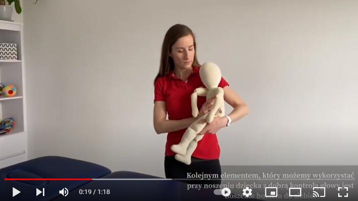 Noszenie dziecka, które dobrze kontroluje głowę bokiem do siebie